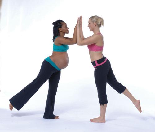 Den här positionen kan göras antingen mot en partner eller mot en vägg. Den tränar rump- musklerna, som hjälper till att stabilisera ryggen, samtidigt som den tränar din core och stretchar höftböjarna utan att belasta ländryggen.