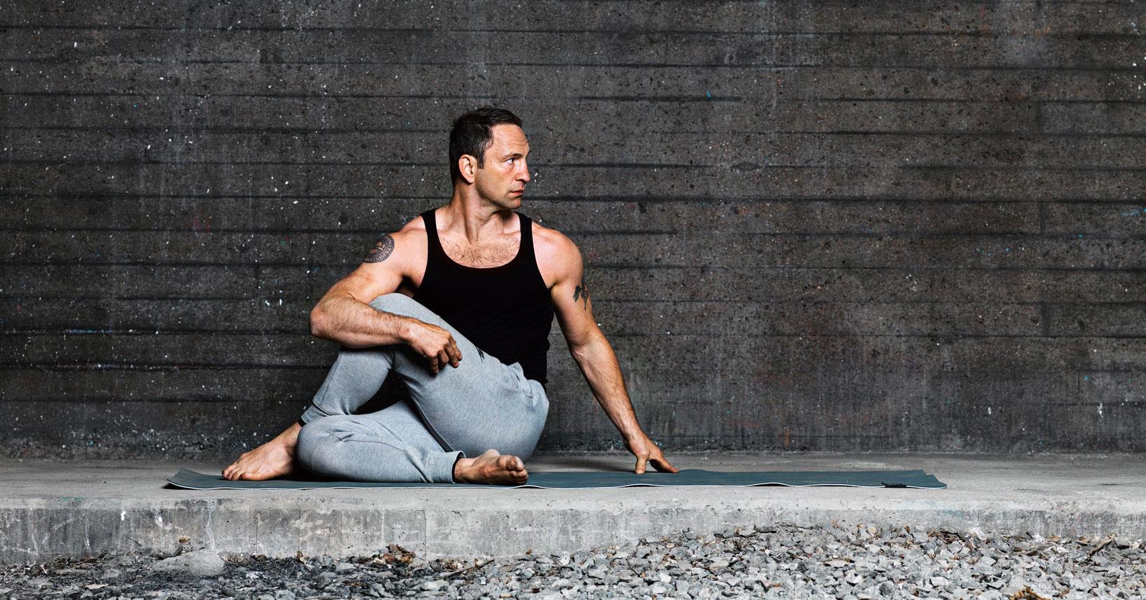 2. Sittande ryggradsvridning höger/vänster